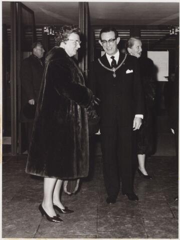 053415 - Koninklijke Bezoeken. Koningin Juliana bezoekt Stadsschouwburg in Tilburg