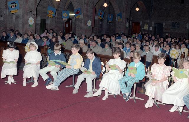 655261 - Viering van een eerste communie in de Sacramentskerk Tilburg op 20 april 1986.