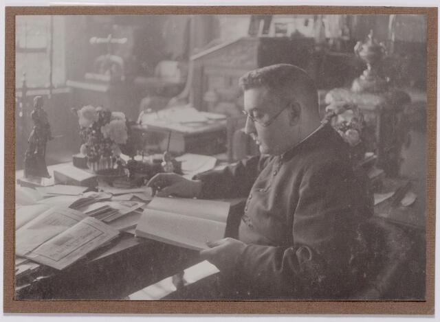043993 - Adriaan Petrus Hamers, geboren te Tilburg op 14 juli 1871 overleed te Oosterhout op 13 juli 1929 en werd begraven te Tilburg (Bredaseweg) Hij werd op 4 juni 1898 tot priester gewijd en was achtereenvolgens kapelaan te Goirle, kapelaan te Millingen, Dussen en St. Anthonis, rector te Oisterwijk en tenslotte pastoor van Deursen. Hamers was tekstschrijver-componist van geestelijke en wereldlijke liederen. Het schreef tientallen zogenaamde liederen in volkstoon, die uitgegeven werden bij W. Bergmans in Tilburg.