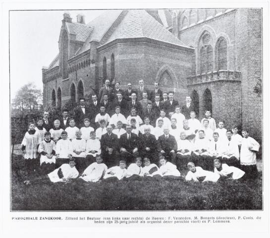 009697 - uit Het 25-jarig bestaan parochie den Besterd, 1926 pag. 22 (bib. 2219) Parochiale zangkoor. zittend het bestuur (van links naar rechts) de heren: F. Versteden, M. Bonants (directeur), P. Cools, (die tevens zijn 25-jarig jubilé als organist van de parochie viert) en P. Lemmens.