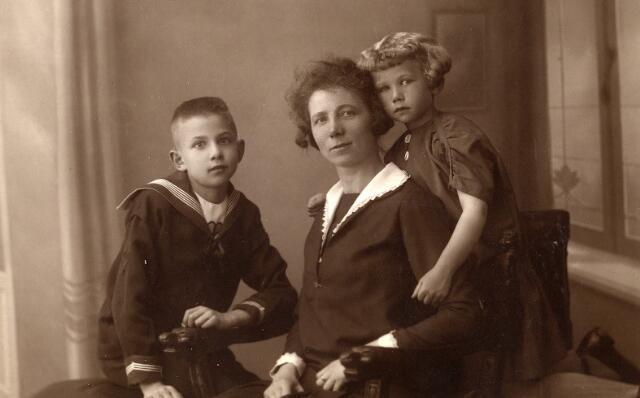092268 - Van links naar rechts Adrianus Cornelis Maria (Ad) van Croonenburg, geboren te Goirle op 4 juni 1917, zijn moeder Geertruda Cornelia Maria Snels, geboren te Goirle op 26 maart 1889 en overleden te Tilburg in het ziekenhuis op 19 september 1963, en zijn zus Johanna Catharina Maria (Zus) van Croonenburg, geboren te Goirle op 21 april 1921.