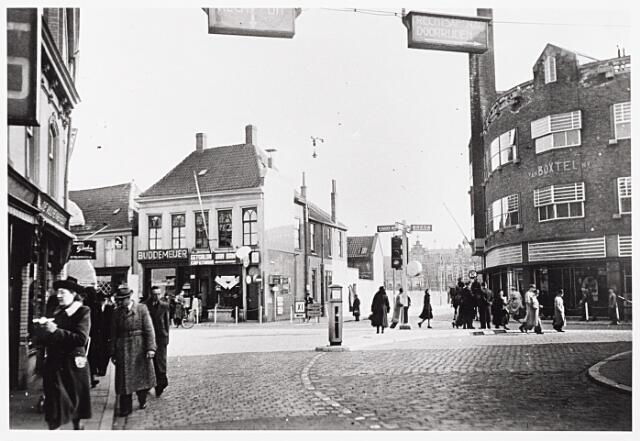 013517 - WO2 ; WOII ; Tweede Wereldoorlog.  Kruising Heuvelstraat - Zomerstraat en Nieuwlandstraat in 1941. Rechts naast cafétaria Van Dam enkele Duitse verkeersborden