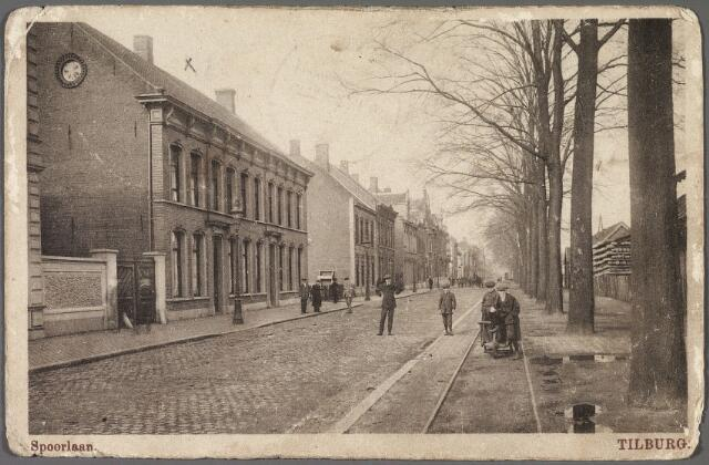 010426 - Spoorlaan richting Noordhoek. Rechts de tramrails van de lijn Tilburg-Goirle-Hilvarenbeek-Esbeek. Hier vond in 1901 een dodelijk ongeluk plaats. De achtjarige Gerardus Schmuker uit de Lange Nieuwstraat kwam onder een tramwagen terecht, die door zijn vriendjes in beweging was geduwd.