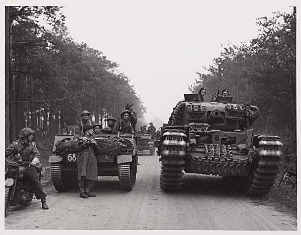 013225 - Tweede Wereldoorlog. Bevrijding. Britse militairen met Churchilltanks in de bossen rond Tilburg, gereed om de stad te bevrijden
