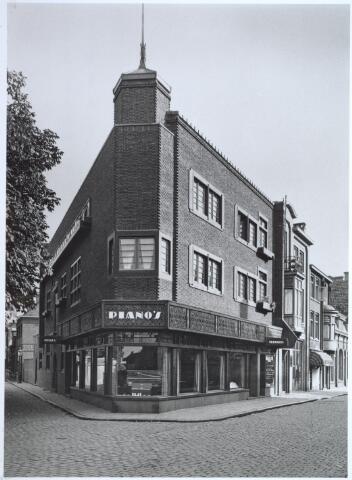 027221 - Noordstraat (rechts), hoek Fabriekstraat (links). Pianomagazijn G. Schellekens. Gebouwd in 1925, architect Barenbrug.