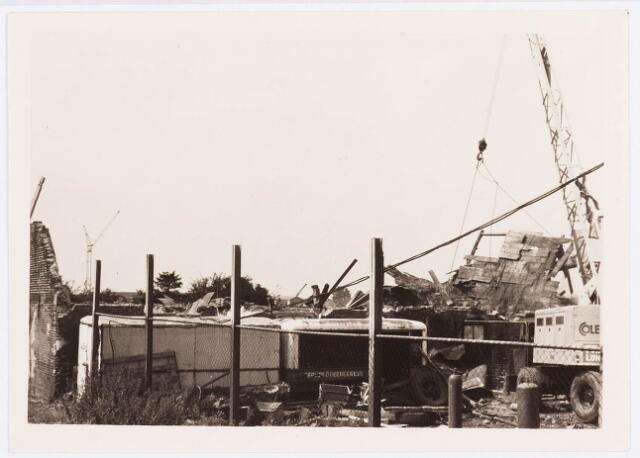 034489 - Lijnsheike 223 (links op de foto) en 225. De foto betreft de sloop van de fabriek van F.J.M. Vorselaars, ruwijsfabrikant;  thans heet dit deel van de straat Von Weberstraat. De meeste huizen aan het Lijnsheike zijn inmiddels gesloopt.
