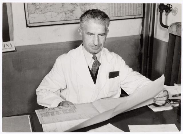 039365 - Volt, Zuid. Technische Afdelingen, Gereedschapmakerij. De heer van Gorp, afd. chef, heeft de vroegere machinefabriek omgebouwd tot gereedschapmakerij in 1929. Daarnaast heeft hij geijverd voor een vakliedenopleiding welke in 1939 van start ging. De opname is uit het Volt Contact  van december 1953 vlak voor zijn pensionering.
