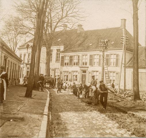 653499 - Straatbeeld. Werkzaamheden op het Korvelplein, wellicht ten behoeve van de aanleg van een stoomtrambaan. Het linkerhuis op de achtergond is van de textielfamilie Diepen - v.d. Voort en dat ernaast van Diepen - Hermans. (Origineel is een stereofoto.)
