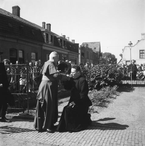 050446 - 50-jarig bestaan KAB en 25-jarig bestaan Kajotters. Taak: bundeling van activiteiten van de diverse R.K. Werkliedenverenigingen aanvankelijk in het federatief verband van de Bossche Diocesane Werkliedenbond, later als Tilburgse afdeling van de landelijke arbeiders- en vakbeweging op katholieke grondslag, tot de fusie daarvan met het N.V.V. in het F.N.V.