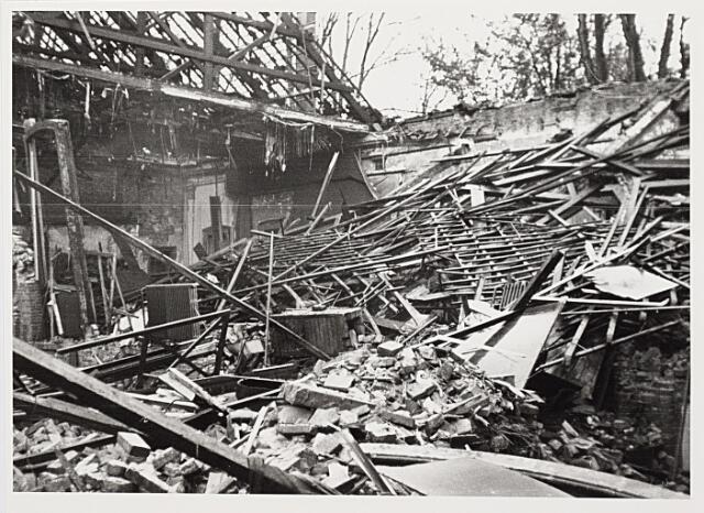 012425 - WO2 ; WOII ; Tweede Wereldoorlog. Vernielingen. Restant van de Harmonie-bioscoop in de Stationstraat na een ontploffing op 2 november 1944. Op het moment dat een Duitse tijdbom afging, was de zaal gesloten. Was de bom een dag eerder afgegaan, dan waren er talrijke slachtoffers gevallen, want toen zat de zaal vol. De bevrijders hadden films meegebracht en daarvoor was grote belangstelling onder de Tilburgers