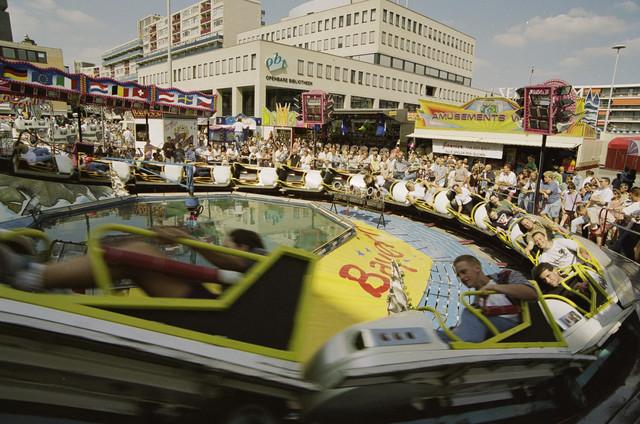 TLB023000876_001 - Kermis 1995; attracties en publiek op het Koningsplein.