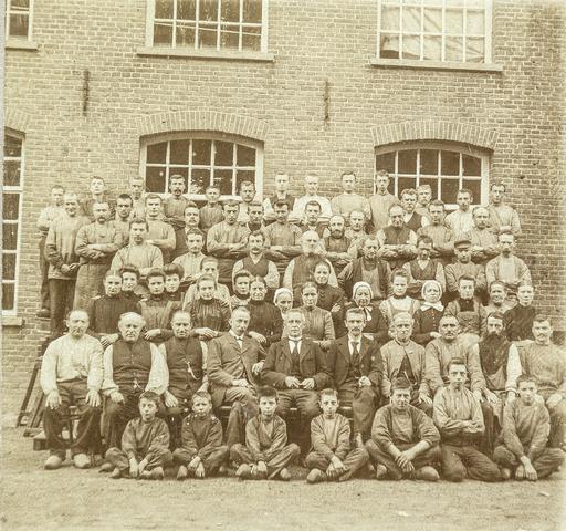653467 - Groepsfoto. Personeel textielfabriek Gebroeders Diepen. In het midden directeur Johannes Mallen, links van hem heer Van Asten. (Origineel is een stereofoto.)