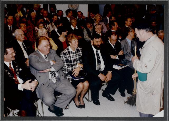 """91288 - Made en Drimmelen. De burgemeester van Made de heer J. Elzinga (1990-1997) geniet samen met de andere genodigden van een voorstelling tijdens tijdens de opening van het Sociaal Cultureel Centrum """"De Mayboom"""" in Made."""
