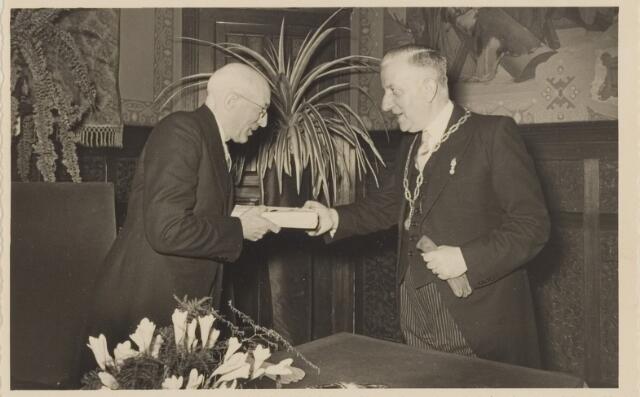 085285 - Dongen. 40 jarig ambtsjubileum gemeentesecretaris Jan Vlaminkx. Overhandiging cadeau door burgemeester Sweens