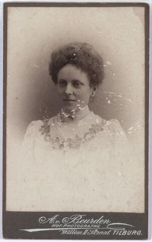 """011395 - Helena Maria Isabella Johanna (Lena) BOGAERS, geboren te Tilburg op 26 nov 1880, overleden te Etten-Leur op 15 juni 1956, begraven te Tilburg. Jongste kind van textielfabrikant Vincentius A.A. Bogaers en Isabella Ph. Th. Pollet.  In het """"Memoriaal voor het geslacht Bogaers"""" wordt zij beschreven als """"zeer eenvoudig van aard, en met een zeer altruistisch karakter dat haar deed wensen een meer omvattende taak op zich te nemen dan voor een ongehuwde vrouw in haar tijd was weggelegd"""". Zij nam een verzorgende taak op zich in het gezin van haar jongste broer Guillaume in Rijswijk en Brussel."""