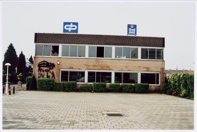 034121 - Aanvankelijk in 1958 door Volt gebouwd magazijn aan de Voltstraat 43. In 1971 nam de fa. van Gorp Bolsius dit terrein over. Op deze plek ontstond in 2001 de Ir. Kippermanstraat. Hij was van 1930 tot 1960 aanvankelijk als waarnemer en na enkele jaren directeur van Volt. Onder zijn leiding groeide het bedrijf uit bijna 5500 personeelsleden in 1961 verdeeld over Tilburg, Oosterhout en Turnhout.