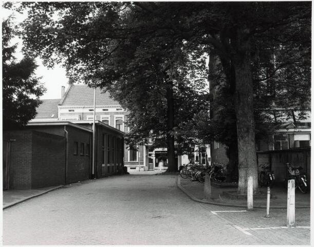 032851 - Pad tussen het Belastingkantoor en de N.K. Harmonie zie verder documentnummer 32850