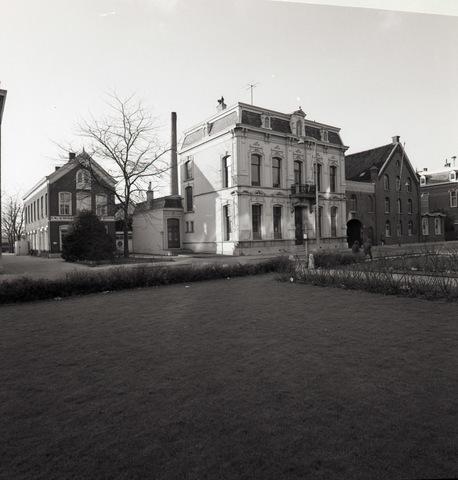 654446 - Panden aan de Gasthuisstraat. Ze zijn afgebroken om plaats te maken voor een groot parkeerterrein. Het pand links is van de firma van Bladel, handel in wollenstoffen. Op de achtergrond de fabrieksschoorsteen van Janssens van Buren waarvan rechts de bedrijfspanden.