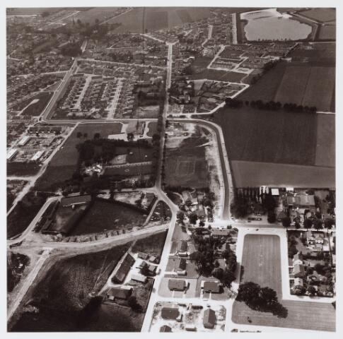 """062650 - Luchtfoto van de plaats waar het winkelcentrum """"Eikenbosch """" is gepland; bouw Boerenleenbank"""