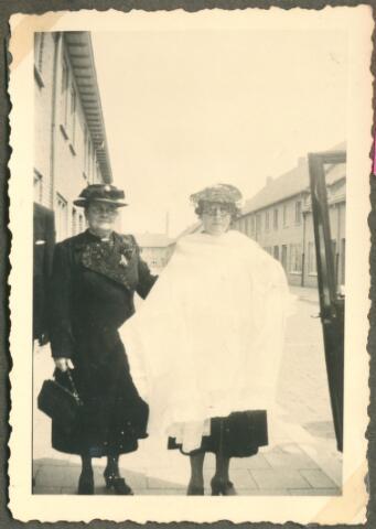 650073 - Verhoeven. Doop. Op weg naar doop. Links peettante (oma) Marie Verhoeven-van Hamond; (rechts, met dopeling Sjef Verhoeven, geb. 24.07.1944 onder doopkleed) oma Betsie Lafèbre-Otten (1882-1962)