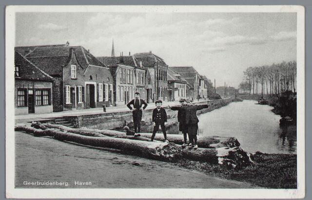 058192 - Omgekapte bomen voor de haven waarop vier jongens staan. Geheel links Wout Schalken.