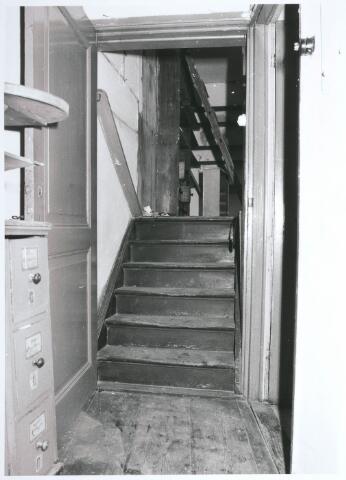 027747 - Oude Markt 8. Apotheek Bijvoet. Verdieping met opgang naar kamer boven tussenverdieping. Rechts: deur keukentje annex laboratorium.