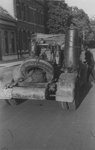 064928 - Tweede Wereldoorlog. Bosscheweg (nu Tivolistraat). Trekker van een vrachtauto met houtgasgenerator.