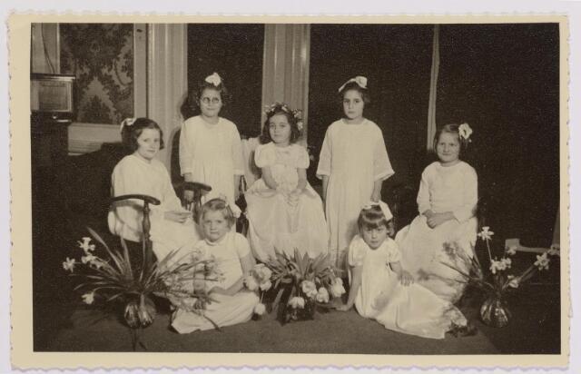 041943 - Religie. Eerste Heilige Communie van Stientje (Christientje) met andere kinderen de  van Johannahof, later De Schalmen in de kapel van het Cenakel