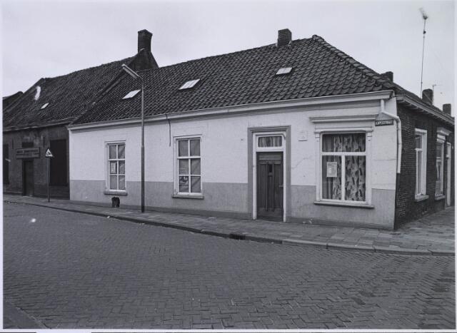 023510 - Pand Kapelstraat 85, op de hoek met de Van Hogendorpstraat (rechts) eind 1975