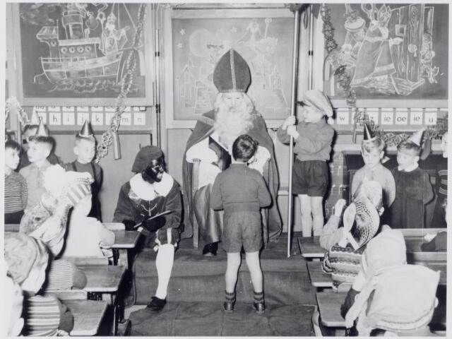 044304 - Bezoek van St. Nicolaas aan een lagere school van de fraters van Tilburg. Sinterklaas.