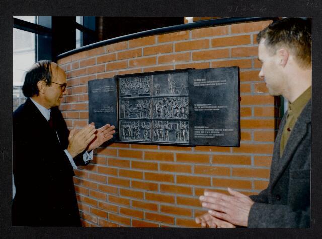 """91256 - Made en Drimmelen. De commissaris van de Koningin in Noord-Brabant (1987-2003)  staat aandachtig te kijken naar het marmeren vierluik tijdens de officiële opening van het Sociaal Cultureel Centrum """"De Mayboom"""" in Made."""