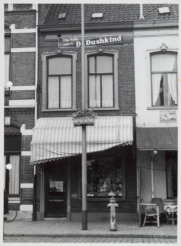 020989 - Winkels. Tabakswinkel van de gezusters De Leeuw aan de Heuvel 5. Gevelreclame Dr. Dushkind.