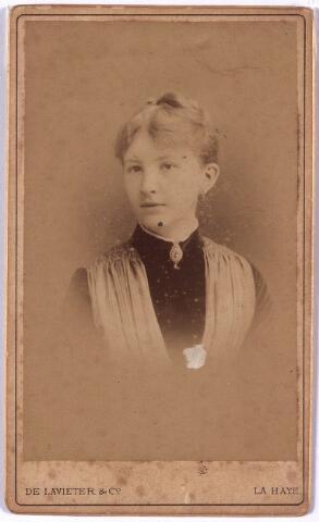 004245 - Maria Caroline Josepha (Miet) SWAGEMAKERS (1867-1947), dochter van textielfabrikant Leonardus J.D. Swagemakers en Louisa E.J. de Horion de Corby. Zij trouwde 1888 met Joseph B.Th. Feldbrugge (1862-1945), afkomstig uit Groningen, waar het gezin is blijven wonen.