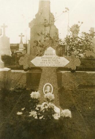 601087 - Graf van Antonius Joannes Josephus van Berkel, geboren te Tilburg op 5 november 1907 en aldaar overleden op 11 juni 1922, zoon van smid Antonius van Berkel en Maria Josephina van Beers.