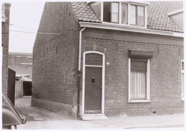 022476 - Pand Hoevenseweg 44. Voormalig pand Familie Van Bilzen, door de poort naar de bloemenkwekerij van de familie.