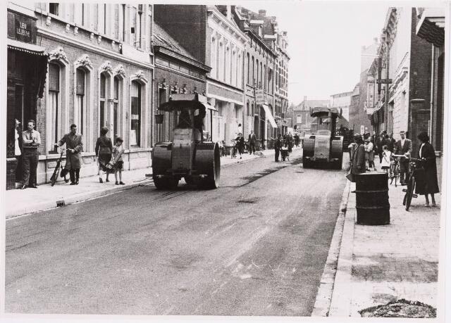 035298 - Willem II-straat tijdens de asfaltering in 1957