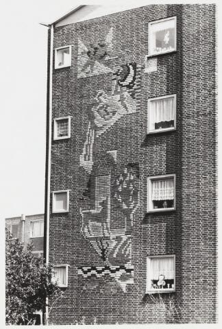 068092 - Geglazuurd BAKSTEEN MOZAÏK op de westgevel van het flatgebouw Generaal Smutslaan 22-52, langs de Ringbaan-Zuid van de hand van Chris de MOOR (Rotterdam 1899-Amsterdam 1981). Het stelt de elementen water, aarde en lucht voor. Het was een van de eerste projecten van de gemeentelijke Commissie voor Stadsverfraaing, die in 1953 was geïnstalleerd. Trefwoorden: Kunst, openbare ruimte, woonhuizen