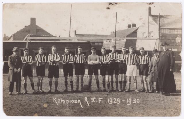 054221 - Sporrt. Voetbal. R.K.T.V.V.  Dit elftal van R.K.T.V.V. werd in het seizoen 1929/1930 landskampioen van de Rooms Kath. Voetbalfederatie. De namen van de spelers zijn niet bekend.