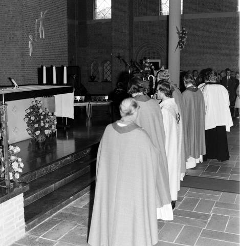 1237_006_246-4_001 - Kerk. Religie. Heilige mis. Katholiek.  De moderne wijding van Pater J. Wijnen door bisschop Bluyssen in juni 1973.