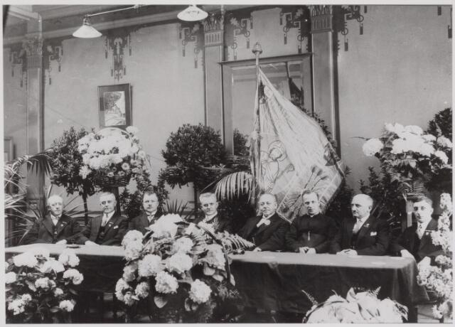 041340 - Receptie b.g.v. het 25-jarig jubileum Hanze Gilde Bakkersbond St. Honoré. foto vlnr: A. vd Sande, M. Santegoeds, J. vd Westen, L. Panis, H.L. Boelaars, Kapelaan A. Verwiel (1886-1957) geestelijk adviseur. (1913 kap. Broekhoven, 1922 kap. H. Margaretha Maria, 1933 pastoor te Millingen), J.W. Klerks, A. Vermeer.