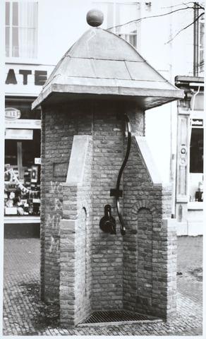 027776 - Oude Markt. Stadspomp. Geschenk van de Volt aan de gemeente Tilburg bij het 75 jarig bestaan van Volt.