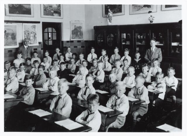 051327 - Basisonderwijs. Klassenfoto r.k. lagere school. Sint Franciscus van Sales school aan het st. Willebrordplein te TIlburg.