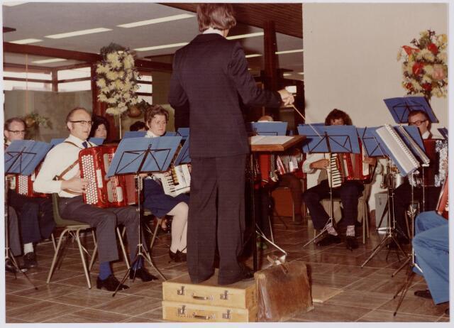 """047116 - Plein 1803. Open dag  voor de burgerij t.g.v. de opening van het nieuwe gemeentehuis. Op de foto accordeonvereniging """"Fortissimo""""."""