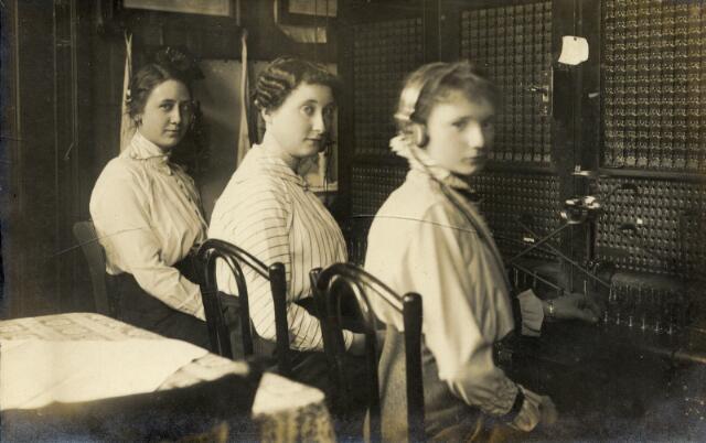 650511 - Schmidlin. Telefonistes van het Telefoonkantoor aan de Telegraafstraat 39, omstreeks 1915.