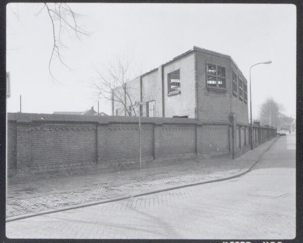 044969 - De Buitenstraat met de omheining van de gemeentelijke gasfabriek.