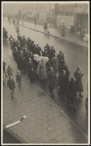603939 - Begrafenisstoet , waarschijnlijk van een lid van de Binnenlandse Strijdkrachten. Tweede Wereldoorlog.