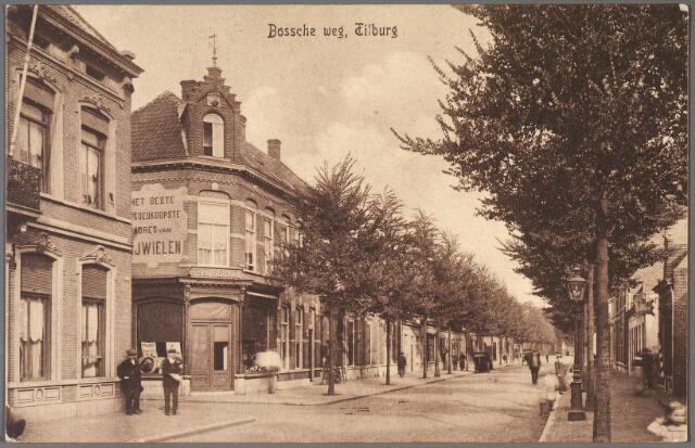 011052 - Bosscheweg, nu Tivolistraat. LInks bij het hoekpand de ingang van de Veemartkstraat. In het hoekpand zat toen de rijwielhandel van Johannes Franciscus van Berkel (Tilburg 1853-1933). De bebouwing vanaf de Veemartkstraat is later geheel verdwenen. Ter plaatste vinden we nu popcentrum 013.