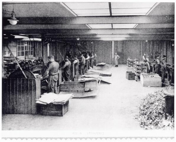 038418 - Nijverheid. Schoen- en lederindustrie. Interieur van N.V. J. van Arendonk's schoen- en lederfabrieken afdeling A stanzerij