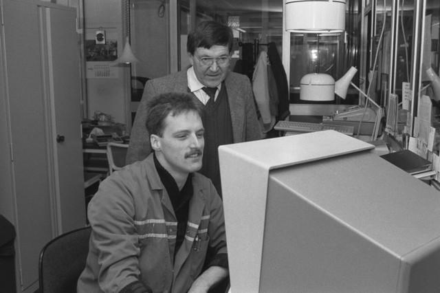 TLB023002551_003 - Samen informatie doornemen op de computer bij Citroën Garage Bertens te Tilburg