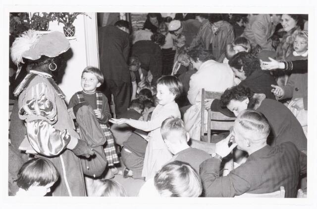 038892 - Volt. Zuid. Ontspanning. Viering Sint Nicolaas voor de kinderen van het personeel in 1959. Sinterklaas. St. Nicolaas